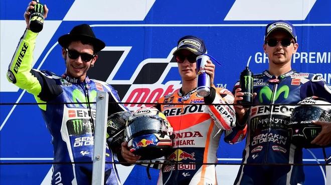 Pedrosa, el ganador del GP de San Marino, flanqueado en el podio por Rossi y Lorenzo.