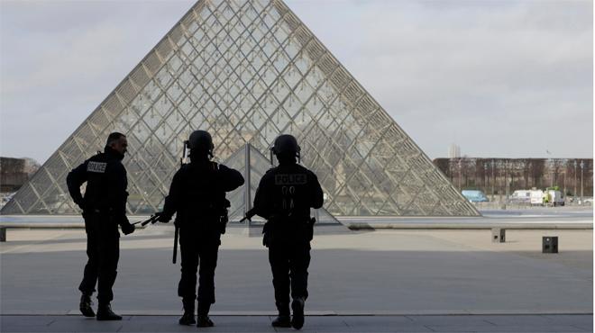 Un soldat francès dispara a un individu armat amb un matxet a prop del Louvre