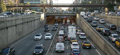 Tráfico denso en la Plaza Cerdà, en Barcelona, este viernes.