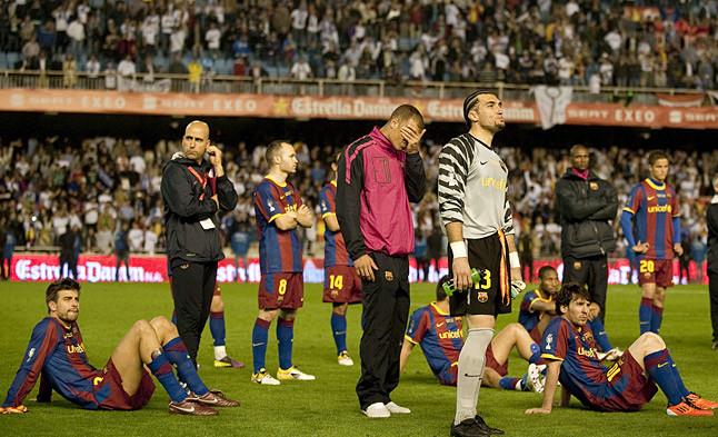 Los futbolistas azulgranas, decepcionados tras la final.