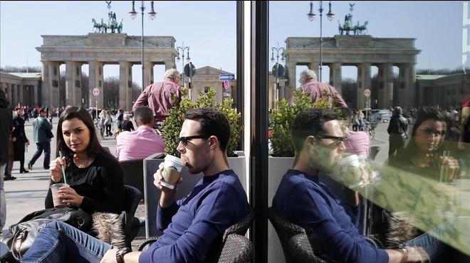 Unos turistas, ante la puerta de Brandenburgo