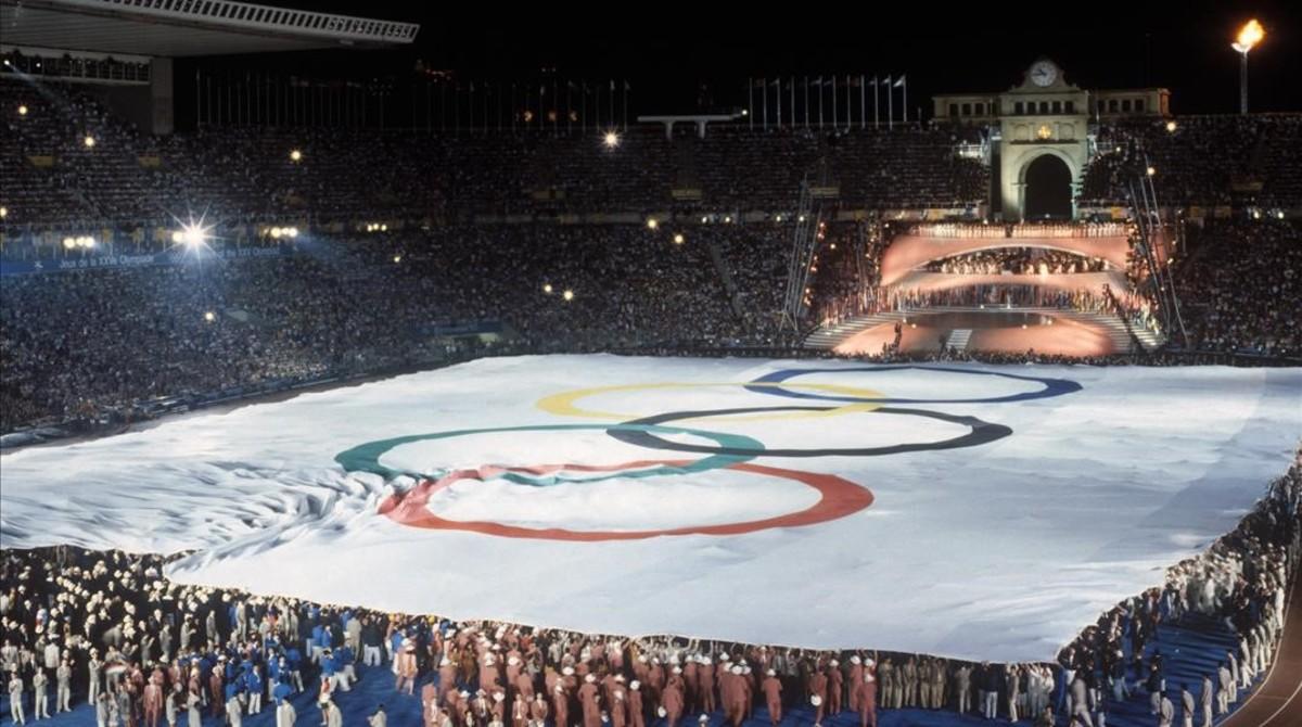 Una inmensa bandera olímpica desplegada por los atletas participantes en la ceremonia inaugural.