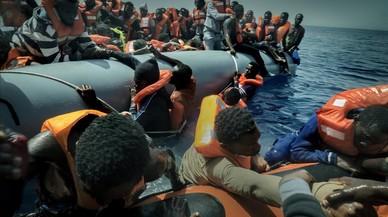 Voluntarios de Proactiva socorren a un grupo de inmigrantes en las costas de Libia.