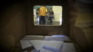 Votaci�n en un instituto de Badalona durante el proceso participativo del 9-N.