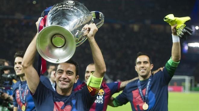 Xavi ense�a feliz la Copa de Europa a los aficionados barcelonistas en la final de Berl�n.