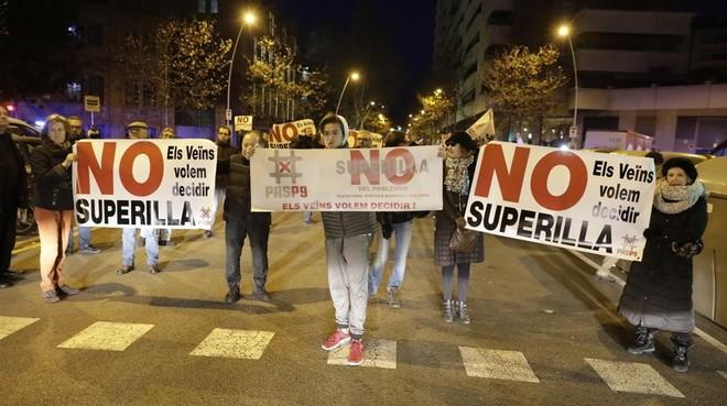 Protesta vecinal contra la supermanzana del Poblenou, el pasado enero.