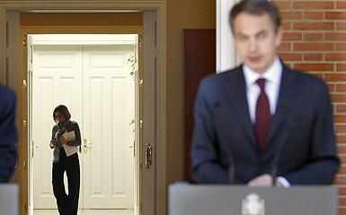 José Luis Rodríguez Zapatero y Carme Chacón, al fondo, el viernes en el palacio de la Moncloa. JUAN MANUEL PRATS