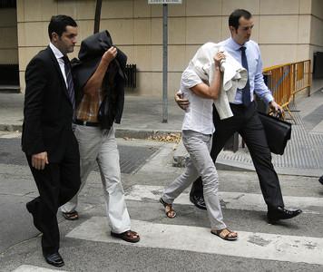Elena Vázquez (tapada con chaqueta blanca) y Celedonio Martín (segundo por la izquierda), dos de los imputados por desviar fondos de la SGAE.