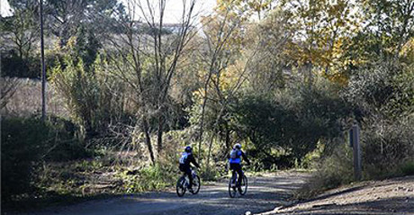 Ciclistas en la entrada de Collserola en San Cugat.