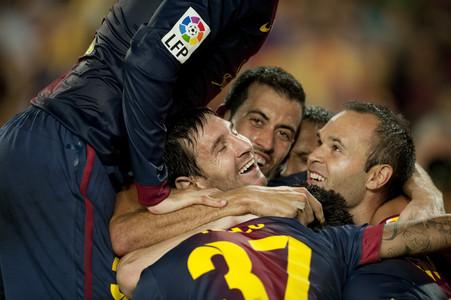 Los jugadores del Barça celebran el gol de Xavi.