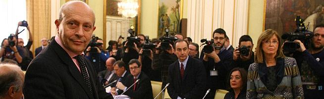 Wert y Rigau, al inicio de la reunión sobre la reforma educativa, ayer en Madrid. AGUSTÍN CATALÁN