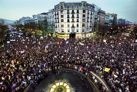 El 15 de febrero del 2003, la ciudad vivió la manifestación más multitudinaria hasta aquel momento: más de un millón de personas salieron a la calle para oponerse la inminente guerra de Irak. En la imagen, una multitud de barceloneses llenan el paseo de Gràcia y la Gran Via.