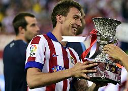 Mandzukic recoge el trofeo de la Supercopa de Espa�a.