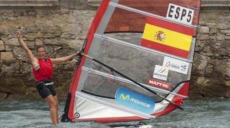 La windsurfista Marina Alabau celebra la conquista de la plata mundial nada m�s acabar la 'medal race', en Santander.