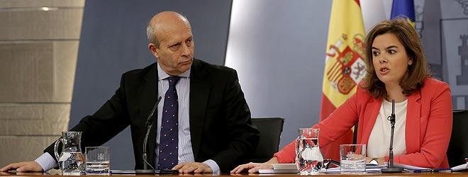 El ministro Wert y la vicepresidenta S�enz de Santamar�a, durante la rueda de prensa posterior al Consejo de Ministros.