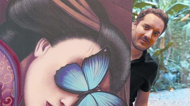 Benjamin Lacombe, en Barcelona, ante uno de sus dibujos de Madama Butterfly. <BR/>