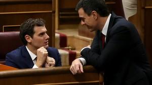 Albert Rivera y Pedro Sánchez conversan durante la constitución del Congreso, el pasado miércoles.