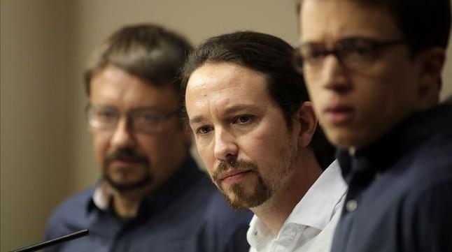 Pablo Iglesias, flanqueado por Íñigo Errejón y Xavier Domènech, durante la rueda de prensa en el Congreso, este viernes.