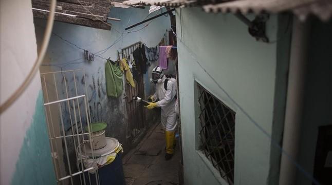 Un trabajador municipal fumiga para acabar con el virus de zika en un barrio de Recife (Brasil).