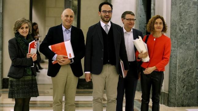 El equipo negociador del PSOE llega a la reunión a cuatro bandas.