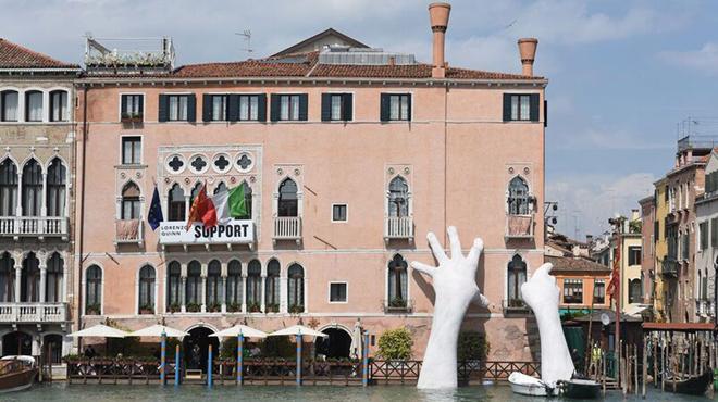 Las manos de Lorenzo Quinn sujetan Venecia.