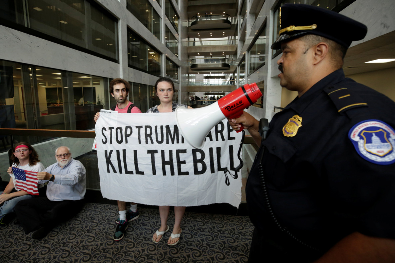 Protesta contra la reforma sanitaria de Trump, el lunes en las oficinas del Senado en Washington.