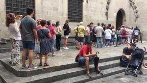 Colas de ciudadanos para expresar sus condolencias en el libro habilidado en el Ayuntamiento.