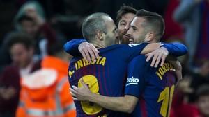 Messi celebra el 1-0 con Iniesta y Alba.