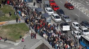 Miles de personas hacen cola cerca de la plaza de España, en Madrid, para conseguir trabajo.