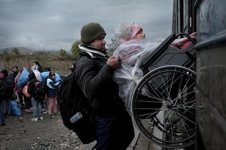 HACIA MACEDONIA. Abdullah Hussein, de 12 años, es subido a bordo de un tren.