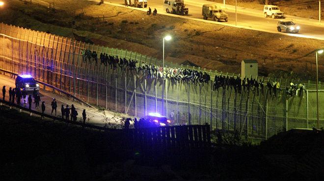 Centenars d'immigrants participen en un nou assalt massiu a la tanca de Melilla
