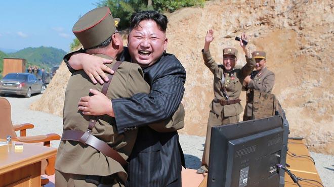"""Kim Jong-un califica el misil balístico de """"regalo para los bastardos americanos"""""""