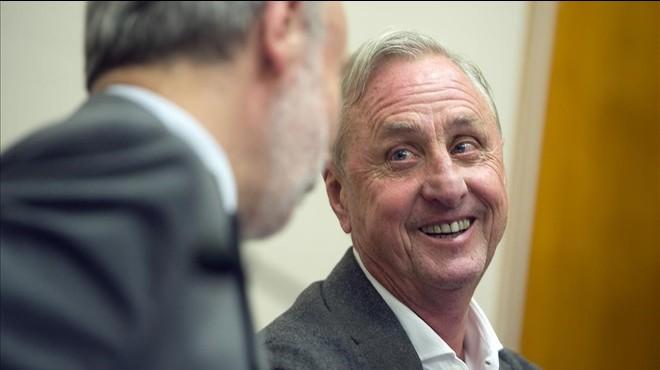 Cruyff sonr�e durante la presentaci�n de un acuerdo entre la UAB y su fundaci�n el pasado mes de noviembre.