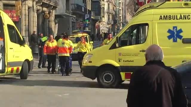 En estat crític un vianant atropellat per un bus a l'Eixample