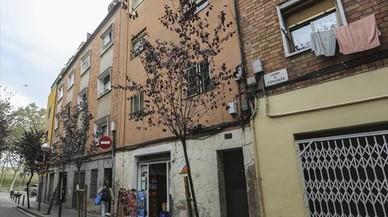 Finca de la calle de la Foradada donde hay viviendas ocupadas.