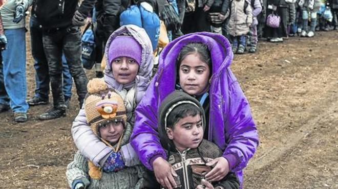 Un grupo de ni�os, en la frontera de Macedonia con Serbia.