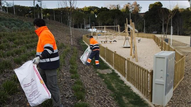 Dos operarios terminan la limpieza tras la terminaci�n delas obras del parque de Can Boixeres, este viernes.