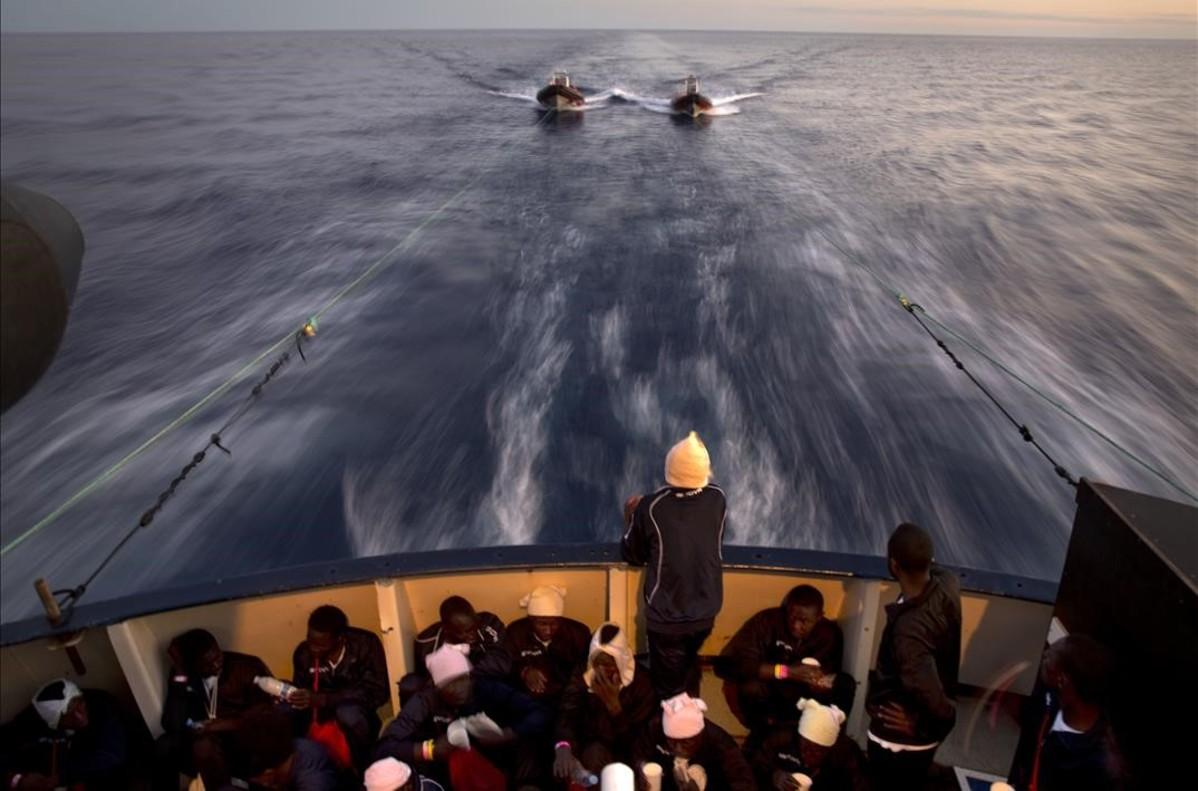 Inmigrantes subsaharianosen la cubierta del buque de rescate Golfo Azzurro de la ONG Proactiva Opena Arms,después de ser rescatados frente ala costa libia.