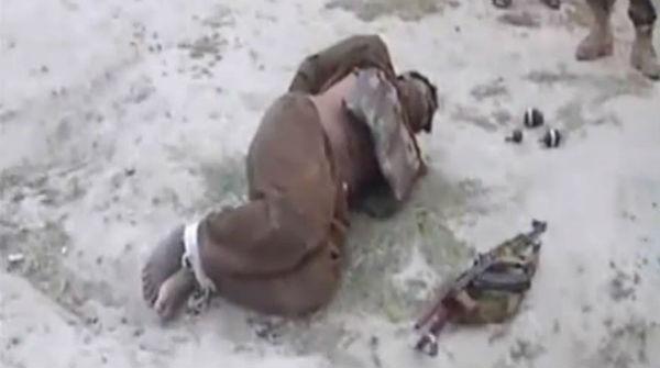 Las fuerzas de seguridad afganas detienen a un terrorista suicida antes de explosionar su chaleco bomba.