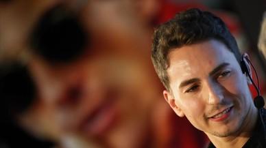 Jorge Lorenzo, junto a un retrato de Ayrton Senna.