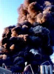 Susto en el Vall�s por un gran incendio en una nave de Poliny�