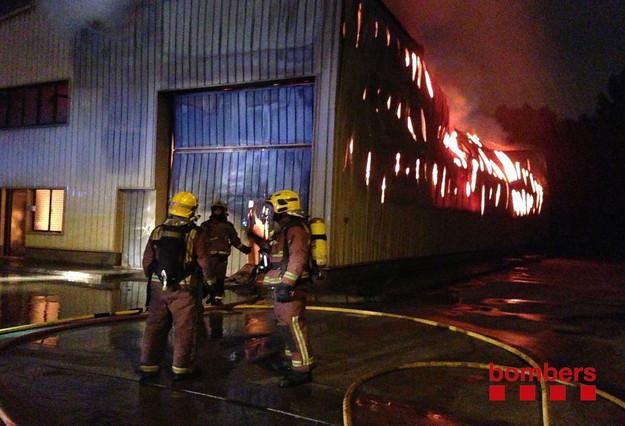 Un incendio destruye por completo una nave industrial en Rubí