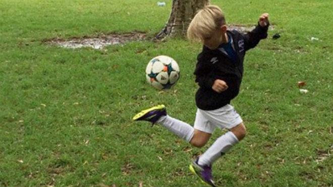 El joven, de 6 años, Ari Kum demuestra sus habilidades con el balón.