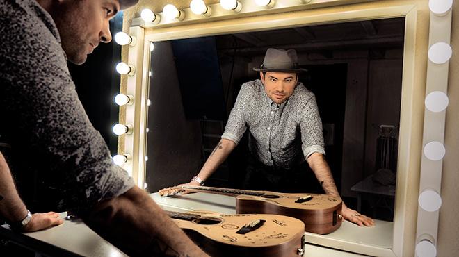Santiago Cruz interpreta 'Vida demis vidas' en versió acústica.