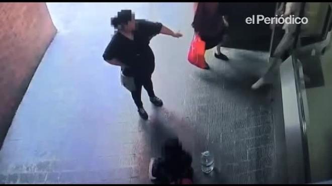 La c�mara de seguridad del edificio registr� la paliza de una mujer a su hija de 12 a�os en Barcelona, el 19 de abril.