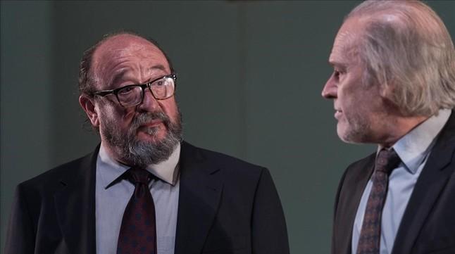 Pep Cruz (izquierda) y Llu�s Homar, en una escena del montaje 'El professor Bernhardi', que Xavier Albert� estrena en el TNC.