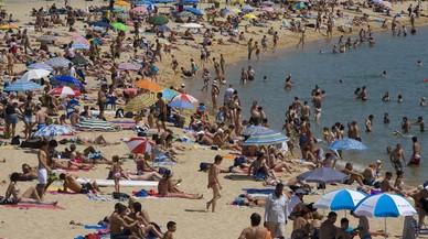 La vigilancia en Gandia reduce la plantada de sombrillas a primera hora para reservar sitio en la playa
