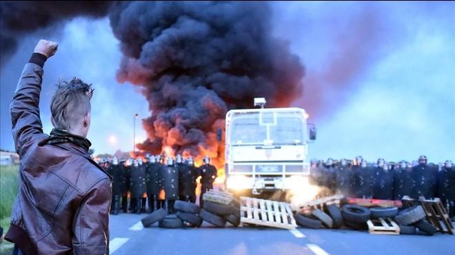 Protesta contra la reforma laboral en Douchy-les-Mines, al norte de Francia. El Gobierno se plantea prohibir las manifestaciones por la seguridad de la Eurocopa