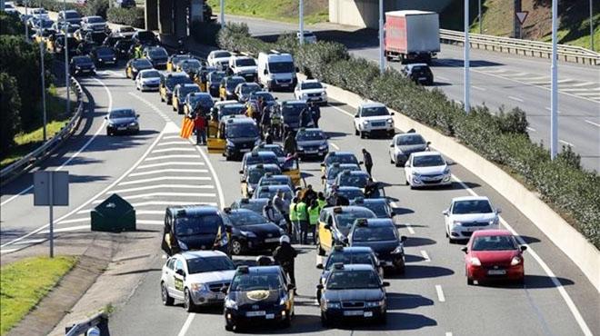 La protesta de taxistas,con retenciones y colas de más de 30 kilómetros.
