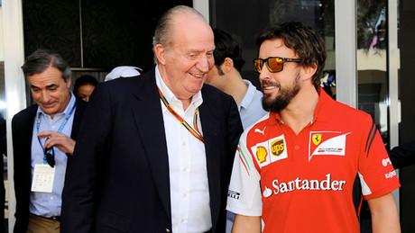 El rey Juan Carlos y Fernando Alonso, en el 'paddock' de Yas Marina, antes de comenzar el Gran Premio de Abu Dabi, el �ltimo de la temporada